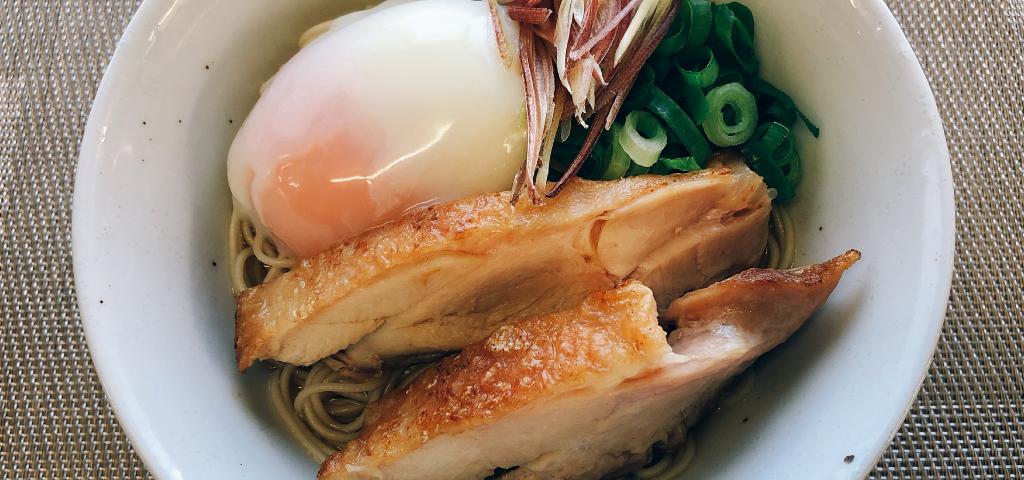 讃岐コーチンと半熟卵を使った親子仕立ての讃岐素麺